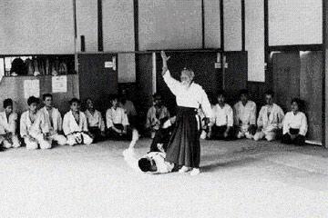 O-Sensei Morihei Ueshiba ministrando aula