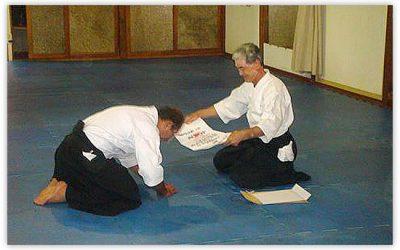 Prof. Alberto recebe do Sensei Shikanai o seu diploma de 5º dan
